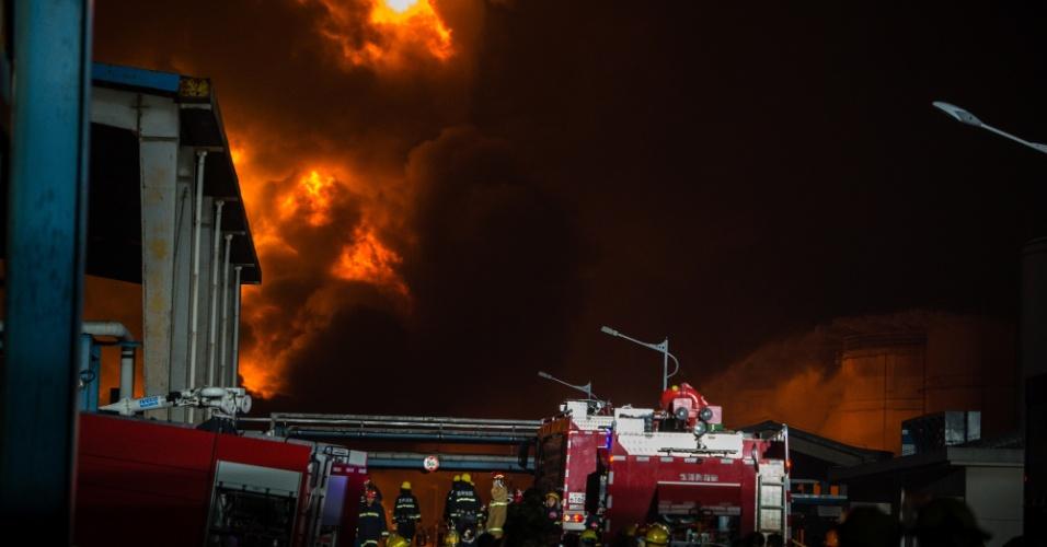 23.abr.2016 - Bombeiros trabalham para conter chamas em um armazém de produtos químicos em Jingjiang, no leste da China. O incêndio, que iniciou com uma explosão na manhã desta sexta-feira, foi contido apenas nesta madrugada, sem deixar vítimas. O fogo ameaçava queimar 12 depósitos de combustíveis vizinhos ao tanque que explodiu