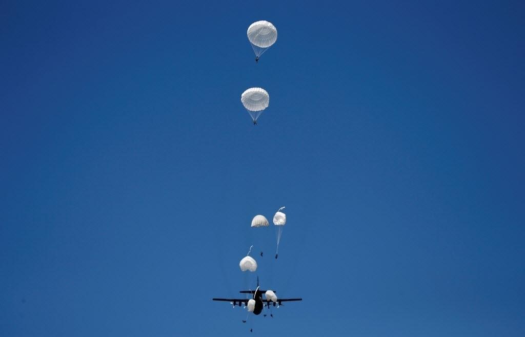 7.jun.2016 - A equipe de paraquedistas da Polônia salta de um avião durante exercício para aliados da Otan (Organização do Tratado do Atlântico Norte) em Torun