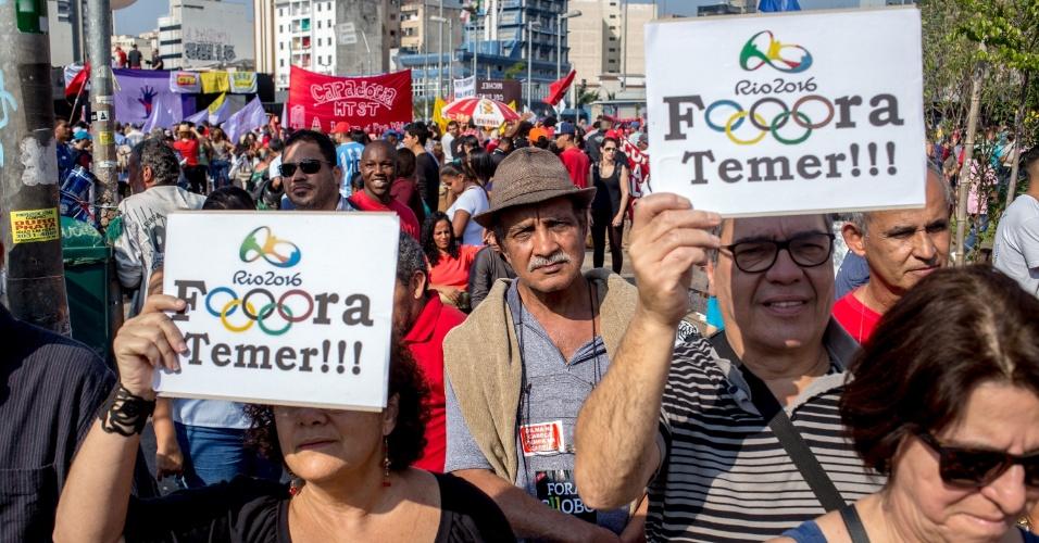 31.jul.2016 - Em protesto a favor da presidente Dilma (PT) no Largo da Batata, em São Paulo, manifestantes utilizam o logo da Olimpíada e os aros olímpicos em cartazes contra o presidente interino Michel Temer (PMDB)
