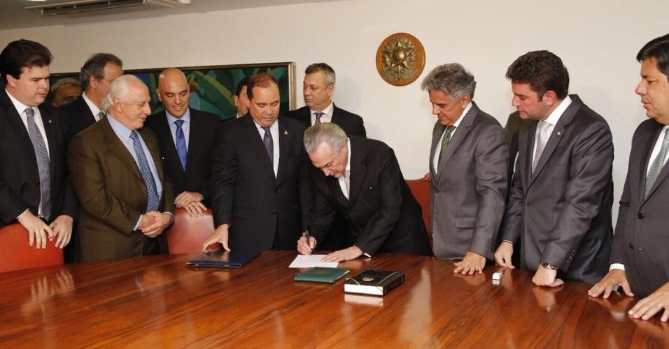31.ago.2016 - O presidente Michel Temer assina a notificação que oficializa o resultado da votação no Senado que afastou em definitivo Dilma Rousseff da presidência