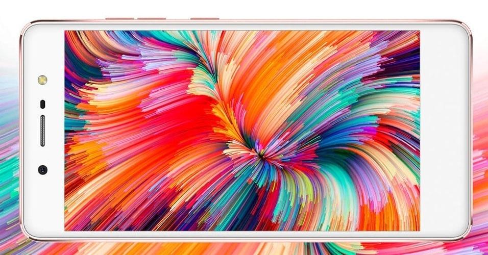 1º.set.2016 - A Quantum --uma unidade de negócio da Positivo-- lança smartphone que chama atenção pelo design, pelas especificações de respeito e, principalmente pelo preço (R$ 1.299). O Quantum Fly conta com tela LCD Full HD de 5,2 polegadas, processador MediaTek Helio X20 deca-core, leitor de biometria, 3 GB de RAM, bateria de 3.000 mAh,  armazenamento de 32 GB (pode chegar a 128 GB com cartão microSD) e câmeras de 16 MP (principal) e 8 MP (frontal)