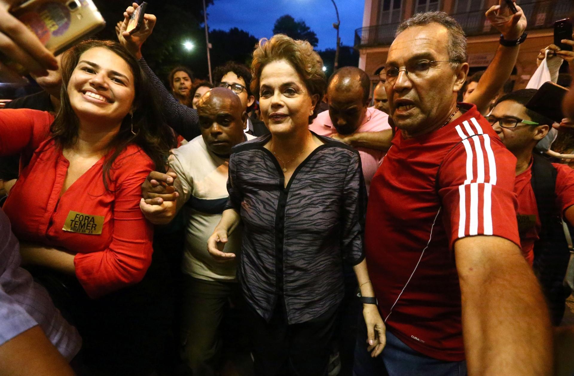 24.out.2016 - A ex-presidente Dilma Rousseff em dia de participação no Ato Nacional contra a Desconstrução do Estado Democrático de Direito, promovido na noite desta segunda- feira, 24, pela Faculdade Nacional de Direito, no Rio