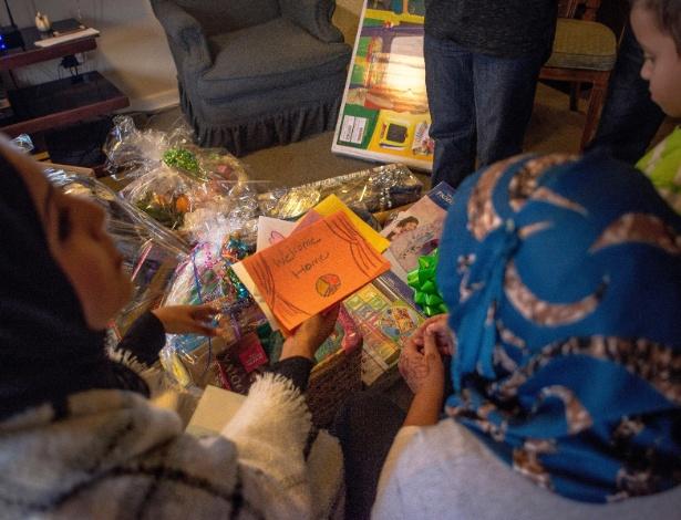 Zainab Chaudry (esq) mostra cartas de apoio na casa da família Lalqaraghuli, em Dundalk, Maryland