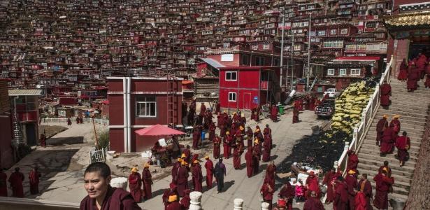 Monges budistas em Larung Gar, no Tibete, região administrada pela China