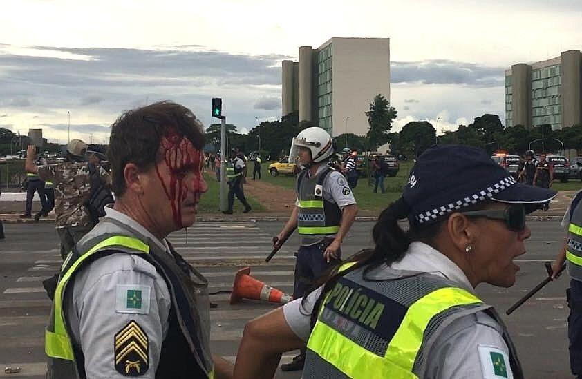 13.dez.2016 - Policial militar do Distrito Federal é ferido durante confronto com manifestantes que protestavam na Esplanada dos Ministérios, em Brasília, contra a PEC 55 (teto de gastos), aprovada no Senado