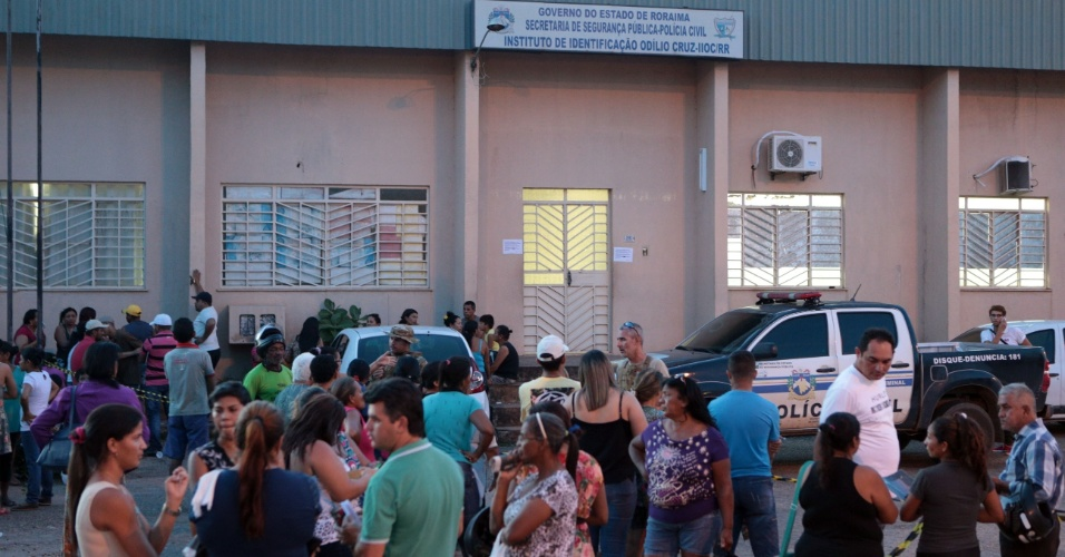 6.jan.2017 - Familiares de detentos da Penitenciária Agrícola de Monte Cristo, na zona rural de Boa Vista, aglomeram-se em frente ao IML (Instituto médico Legal) nesta sexta-feira em busca de informações sobre as vítimas do massacre que deixou, pelo menos, 31 pessoas mortas na unidade