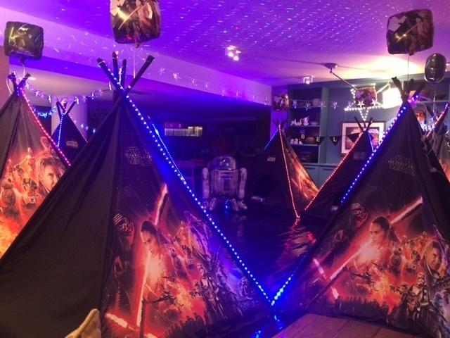 Barracas e decoração da empresa Pijamas Party, que realiza festa do pijama para crianças de 6 a 12 anos