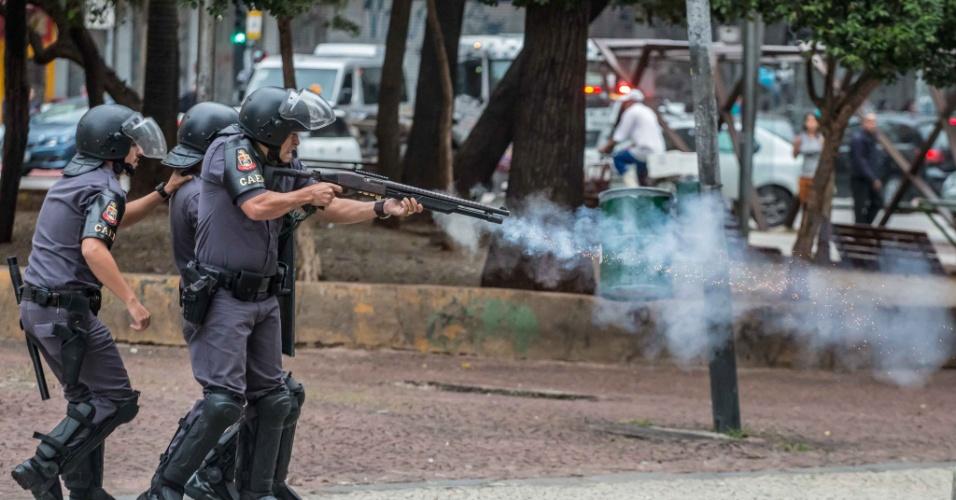 28.abr.2017 - Policiais avançam contra manifestantes no cruzamento da avenida Ipiranga com a avenida São João, no centro de São Paulo