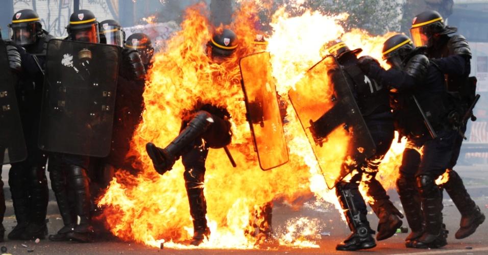 Policiais franceses ficam envoltos em chamas durante enfrentamento com manifestantes no dia 1º de Maio em Paris