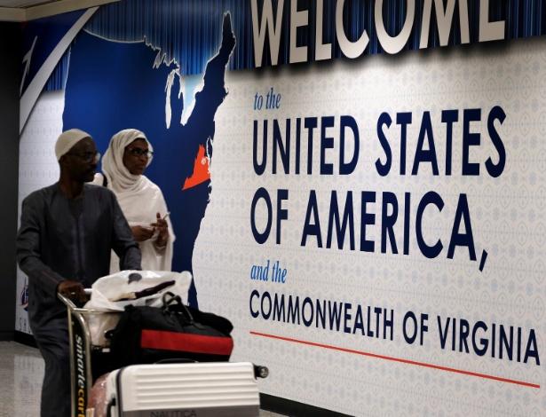 Passageiros internacionais chegam ao Aeroporto Dulles, em Washington, após decisão da Suprema Corte - James Lawler Duggan/Reuters