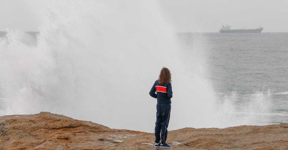 12.ago.2017 - Ressaca no Rio de Janeiro pode ter ondas de até 3,5 metros; Arpoador