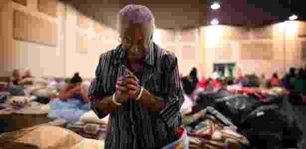 30.ago.2017 - Bernice Emerge, 80, faz oração em abrigo em uma das igrejas de Houston que receberam pessoas cujas casas foram alagadas durante a tempestade Harvey - Barbara Davidson/The New York Times - Barbara Davidson/The New York Times