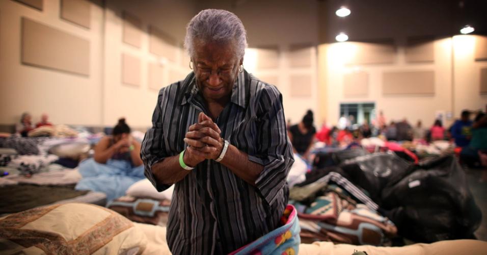 30.ago.2017 - Bernice Emerge, 80, faz oração em abrigo em uma das igrejas de Houston que receberam pessoas cujas casas foram alagadas durante a tempestade Harvey