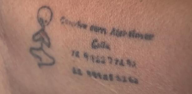 Diagnosticada com Alzheimer, mulher tatua contatos da família no braço