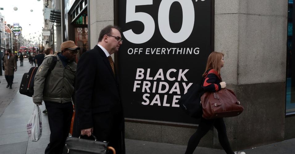 24.11.2017 - Pedestres passam ao lado de cartaz da Black Friday nesta sexta-feira em Londres, na Inglaterra