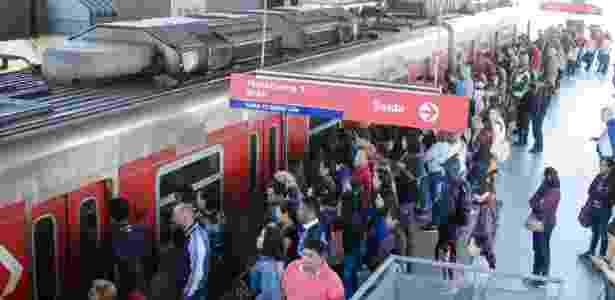 Mulher foi abusada sexualmente em trem da CPTM, em São Paulo, em outubro de 2011 - Rogerio Cavalheiro/Futura Press/Folhapress