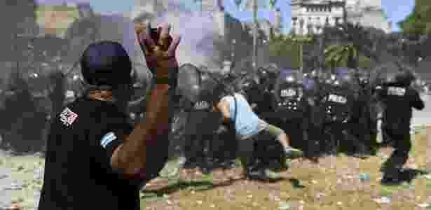 18.dez.2017 - Manifestantes entram em confronto com a polícia durante protesto contra reforma da Previdência argentina, em Buenos Aires - AFP PHOTO / EITAN ABRAMOVICH