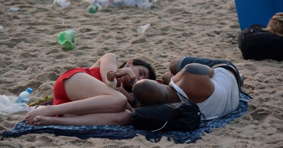 01.jan.2018 - Parte do público amanheceu ainda na praia de Copacabana
