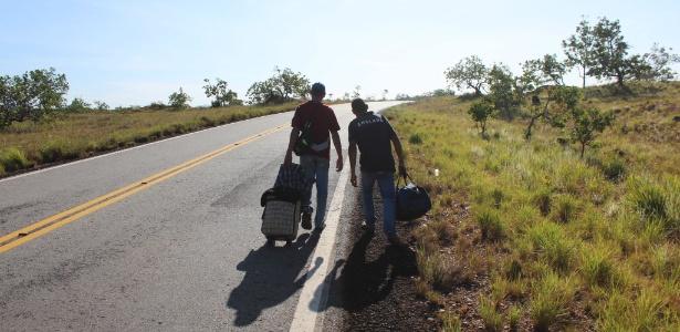 Venezuelanos caminham pela rodovia BR-174 que liga a cidade de Boa Vista, Roraima, até fronteira com a Venezuela - Fábio Gonçalves/Foto Arena/Estadão Conteúdo