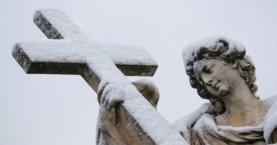 26.fev.2018 - Estátua é coberta por neve durante nevasca em Roma, Itália