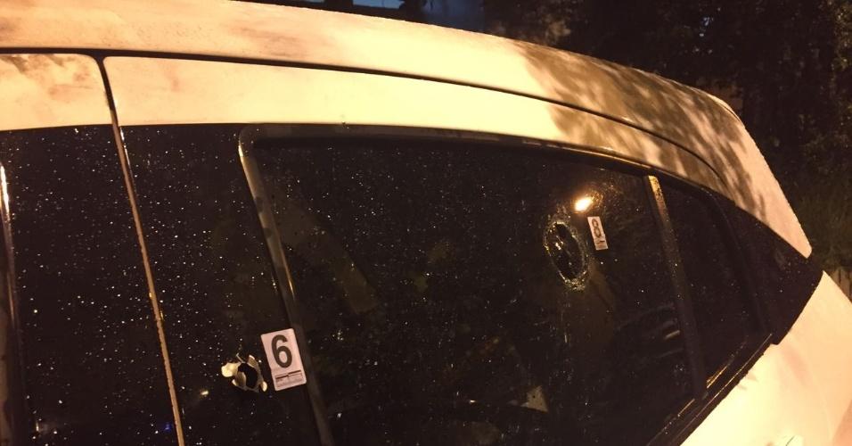 15.mar.2018 - Algumas das oito marcas de tiros identificadas pela perícia no carro em que estava a vereadora Marielle Franco (PSOL) quando foi assassinada, nesta quarta (14), no Rio