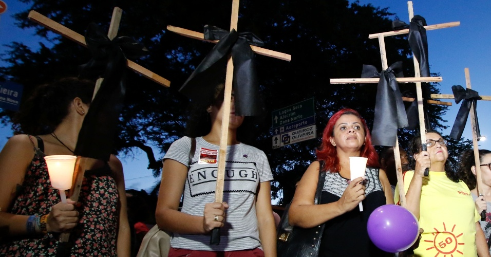 20.mar.2018 - Segurado cruzes, manifestantes participam de ato que marca o sétimo dia de morte da vereadora Marielle Franco e do seu motorista Anderson Gomes, realizado no centro comercial de Natal (RN)