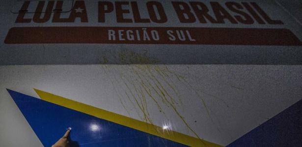 27.mar.2018 - Um dos ônibus da caravana do ex-presidente Luiz Inácio Lula da Silva foi atingido por tiro no Paraná. O ataque ocorreu na saída da cidade de Quedas do Iguaçu
