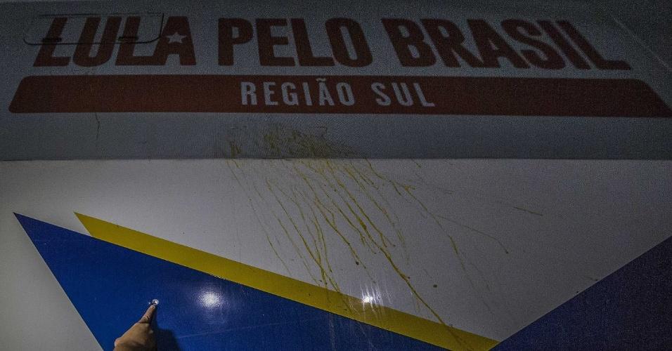 27.mar.2018 - Um dos ônibus da caravana do ex-presidente Luiz Inácio Lula da Silva foi atingido por tiro no Paraná. O ataque ocorreu na saída da cidade de Quedas do Iguaçu (PT)
