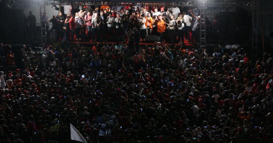 28.mar.2018 - Multidão acompanha caravana de Lula na praça Santos Andrade, no centro de Curitiba