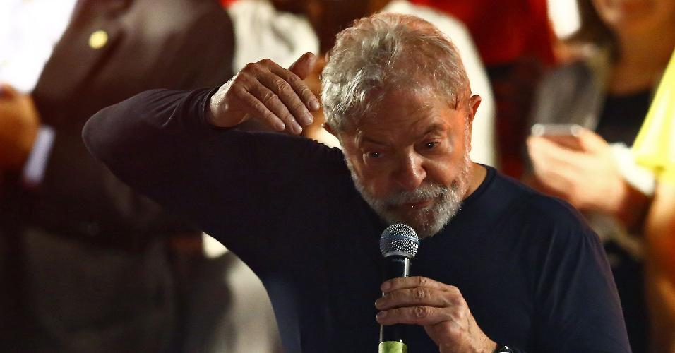28.mar.2018 - O ex-presidente Luiz Inácio Lula da Silva encerrou sua caravana no sul do país em Curitiba