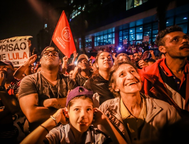 Multidão acompanha discursos de militantes do PT durante em frente ao sindicato