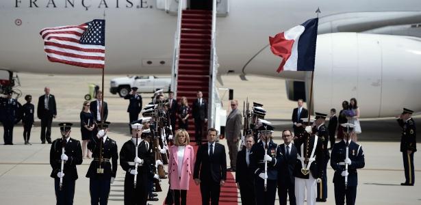 23.abril.2018 - Presidente francês Emmanuel Macron e sua esposa Brigitte Macron chegam aos Estados Unidos para uma visita de três dias - Brendan Smialowski/AFP
