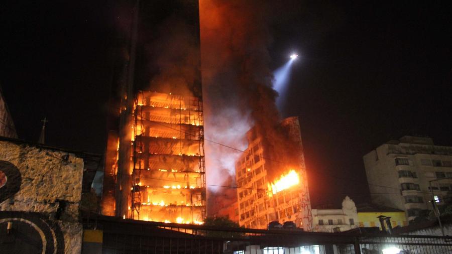 À esquerda, o edifício Wilton Paes de Almeida em chamas, antes de desabar na madrugada de 1º de maio do ano passado - Willian Moreira/Futura Press/Estadão Conteúdo