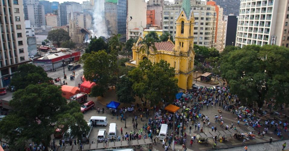 3.mai.2018 - Desabrigados após a queda do edifício Wilton Paes de Almeida continuam aglomerados no Largo do Paissandu, no centro de São Paulo, mais de dois dias após a tragédia. O grupo que organiza o acampamento dos sem-teto estima que 200 pessoas dormiram no local