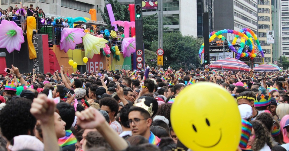 3.jun.2018 - Público acompanha trio elétrico da cantora Pabblo Vittar na 22ª Parada do Orgulho LGBT que acontece neste domingo (3) em São Paulo
