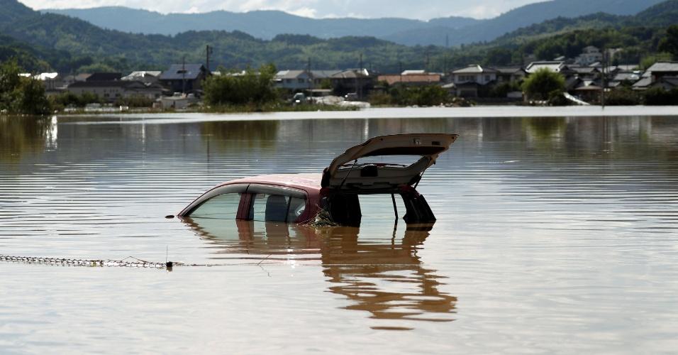 8.jul.2018 - Carro submerso após fortes chuvas que atingiram a cidade de Kurashiki. Vinte províncias estão em estado de atenção para inundações e deslizamentos de terra