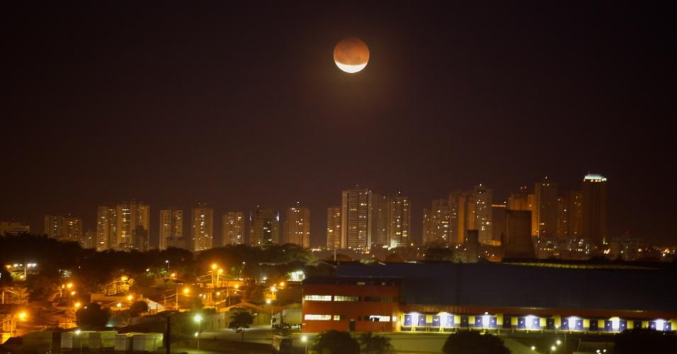 27.jul.18 - Eclipse lunar visto da cidade de Ribeirão Preto (SP)