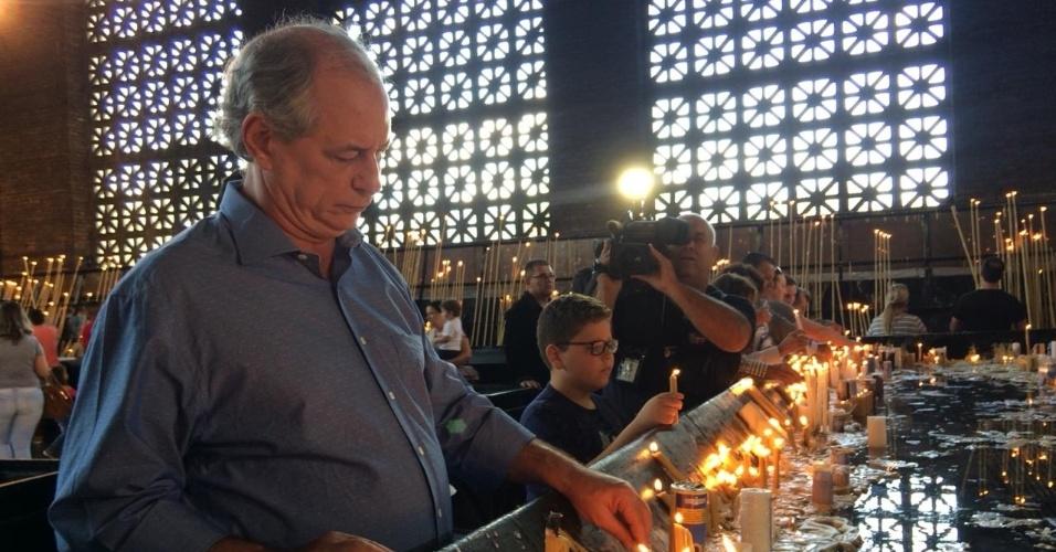 """21.set.2018 - O presidenciável do PDT, Ciro Gomes, acende uma vela durante ato de campanha no maior reduto católico do país, o Santuário Nacional de Aparecida, em São Paulo. """"Luz e paz para o Brasil"""", disse o candidato ao ser questionado sobre o que havia pedido em oração"""