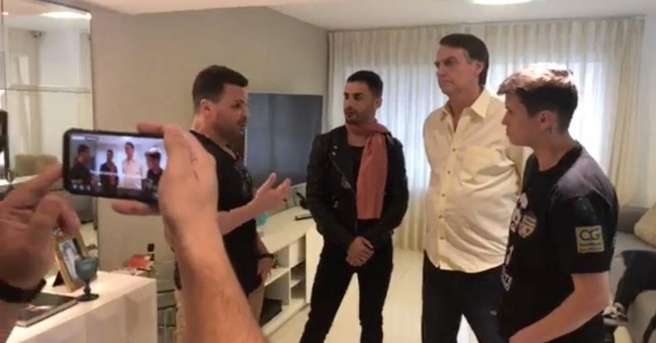 16.OUT.2018 - O candidato do PSL à Presidência, Jair Bolsonaro, participa de live com Eduardo Costa e artistas sertanejos em sua casa, no Rio