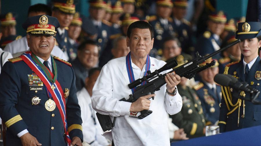 """Gestão do presidente das Filipinas é marcada por uma sangrenta guerra contra o crime e as drogas, incentivando abertamente assassinatos de """"bandidos"""" - Reuters"""