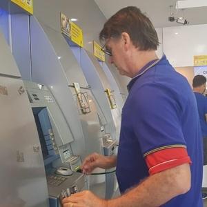 9.dez.2018 - Bolsonaro foi a banco na zona oeste do Rio