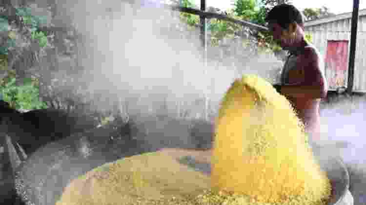 Produção de farinha de mandioca requer preparo rigoroso - Getty Images