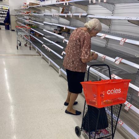 Idosa foi às lágrimas ao ver prateleiras vazias na Austrália - Reprodução/Twitter/SebCostello9