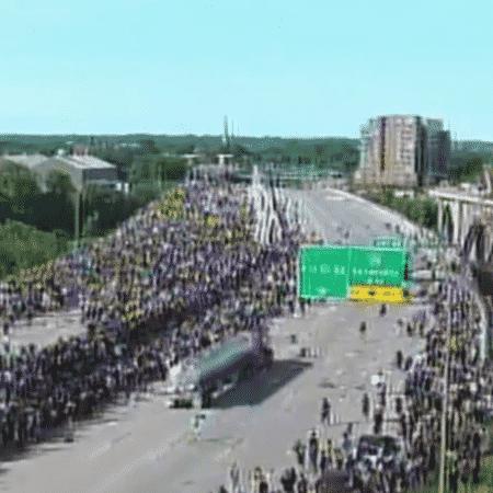 O motorista acelerou contra a multidão que protestava ajoelhada - Reprodução/Fox