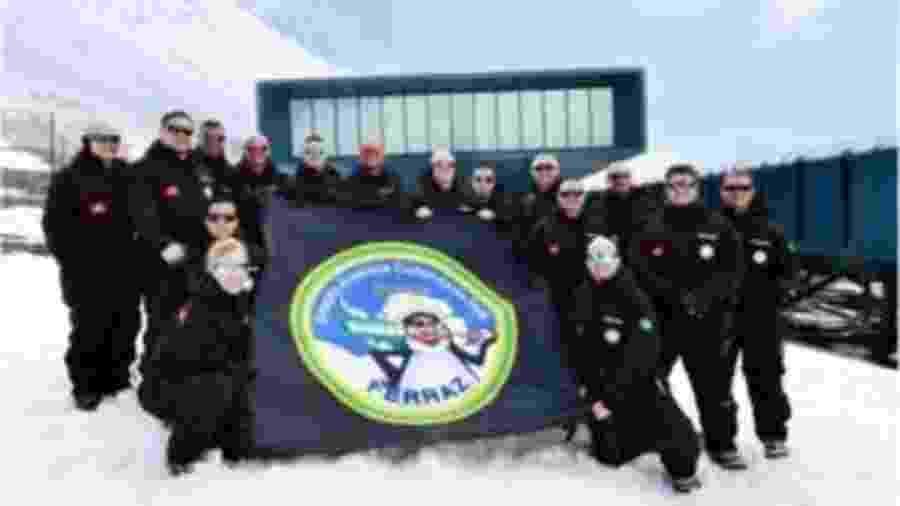 São 16 militares da Marinha do Brasil - 15 homens e uma mulher que vivem atualmente no continente gelado - Marinha do Brasil