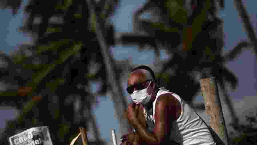Homem usa máscara na orla da praia de Ipanema, no Rio de Janeiro - Ian Cheibub via Getty Images