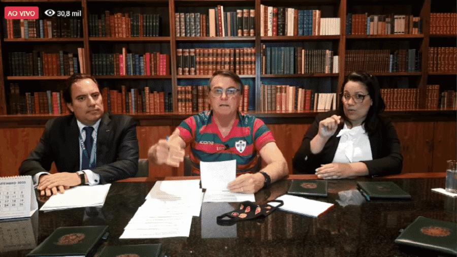 O presidente Jair Bolsonaro (sem partido) e o presidente da Caixa, Pedro Guimarães, na live semanal no Facebook - Reprodução