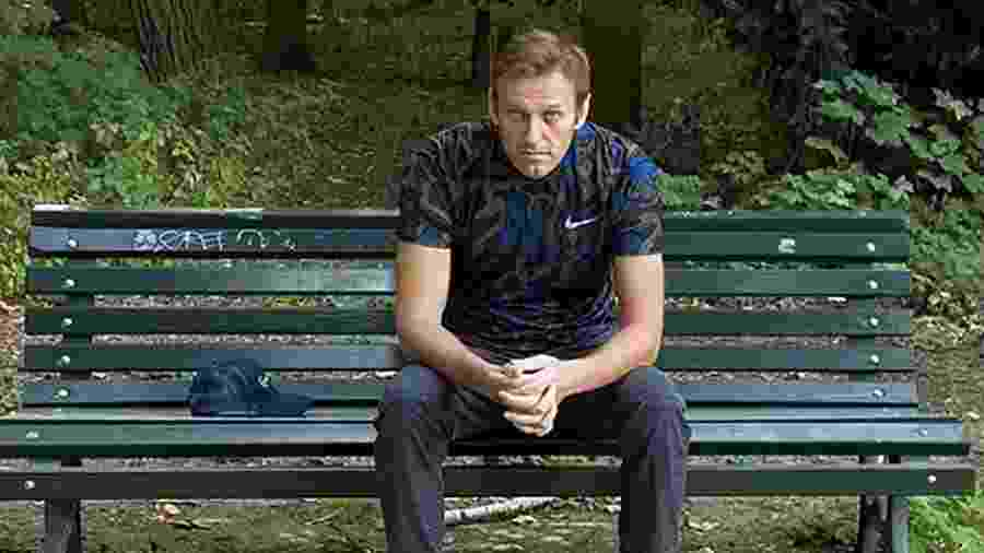 Líder de oposição Alexei Navalny posa para foto sentado em banco - SOCIAL MEDIA