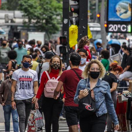 Populares utilizam máscara na avenida Paulista, região central de São Paulo - Ananda Migliano/Ofotográfico/Folhapress