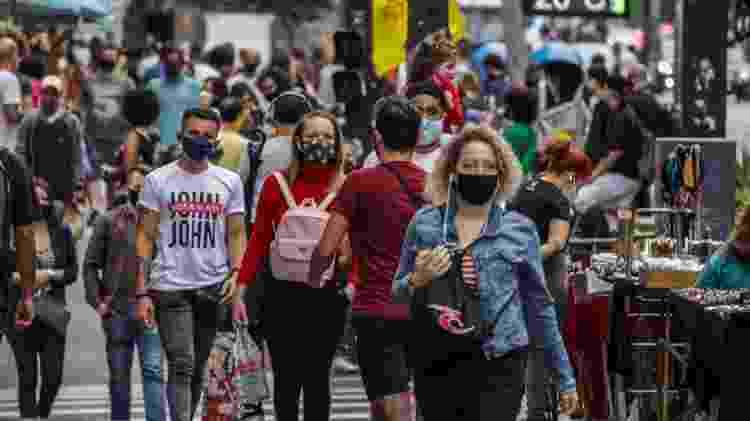 Populares utilizam máscara de proteção devido ao Coronavírus, na Avenida Paulista, região central da capital, neste domingo   - Ananda Migliano/Ofotográfico/Folhapress - Ananda Migliano/Ofotográfico/Folhapress